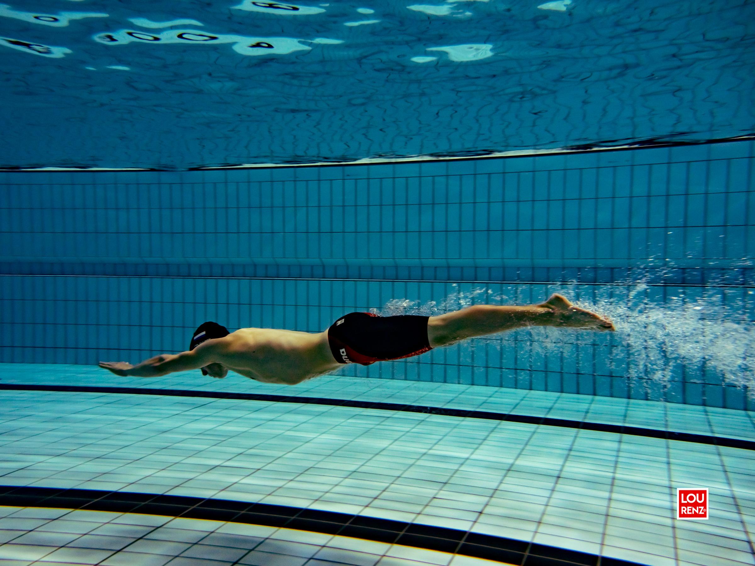 Olympisch zwemmer Tim van Duuren met zwemdoppen van JewelEar